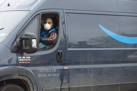 Amazon начал контролировать водителей фургонов с помощью видеокамер