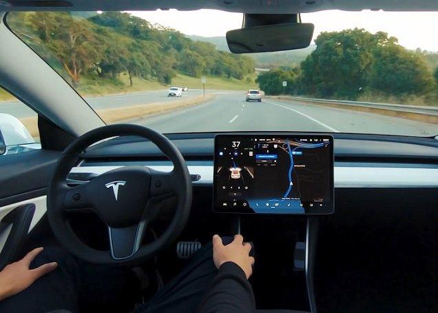Tesla начала следить за использующими автопилот водителями